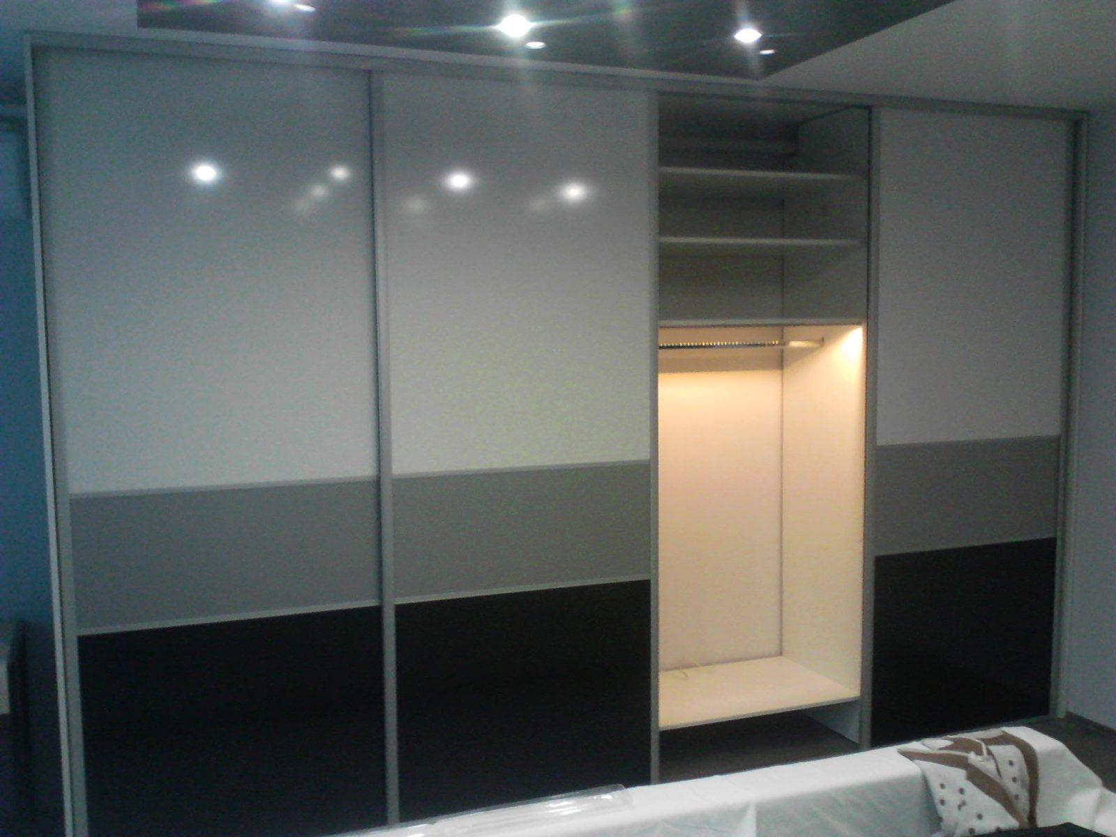 Belső világítással felszerelt tolóajtós beépített szekrény